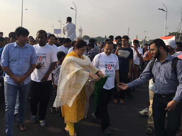 Video : Actor Khushboo Flags Off Walkathon In Chennai