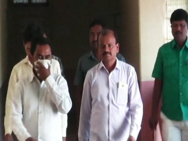 Videos : लातूर : कमीशन लेकर नोट बदलने के आरोप में दो बैंककर्मी गिरफ्तार