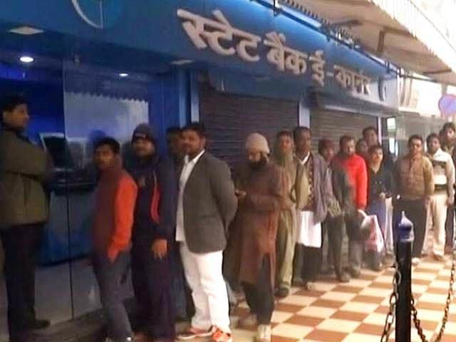 Videos : पहली तारीख का टेंशन, सैलरी निकालने के लिए बैंकों के आगे कतारें