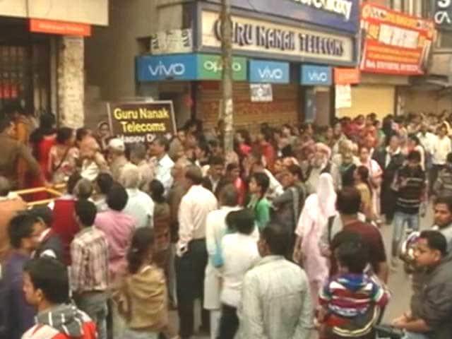 Videos : नोएडा : बैंकों के टोकन देने भी घोटाला
