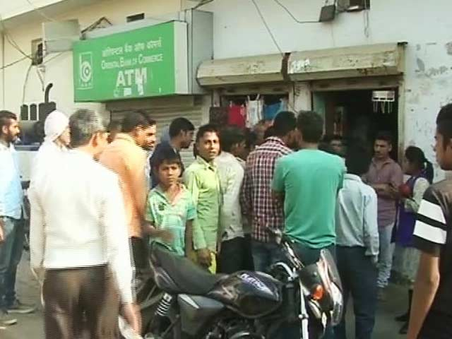Video : Villagers Hold Bank Officials Hostage For Only Handing Out Rs 2,000 Notes