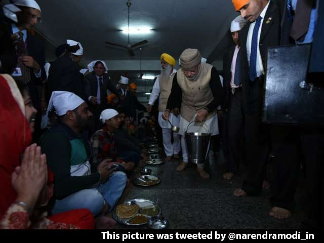 Video : PM Narendra Modi Visits Golden Temple, Serves Langar