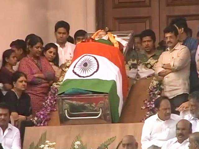 Videos : जयललिता के अंतिम दर्शन के लिए बड़ी संख्या में लोग जुटे