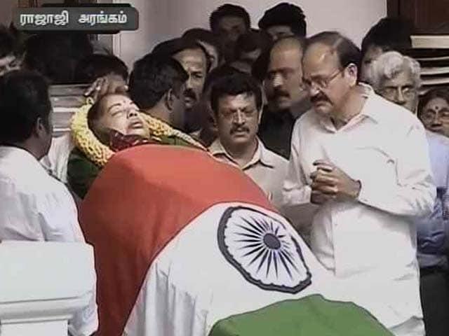 Video : Union Minister Venkaiah Naidu Condoles Jayalalithaa's Death