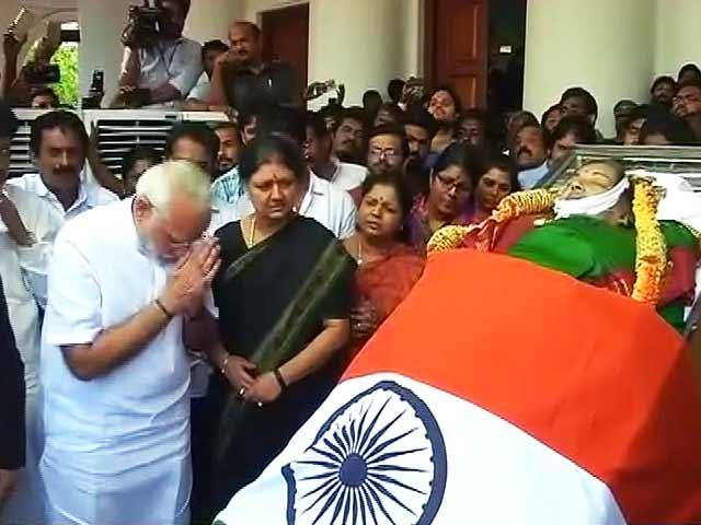 Video : तमिलनाडु की मुख्यमंत्री जयललिता को पीएम मोदी ने श्रद्धांजलि दी