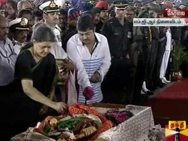 Video : Jayalalithaa Buried, Last Rites Performed By Closest Aide Sasikala Natarajan
