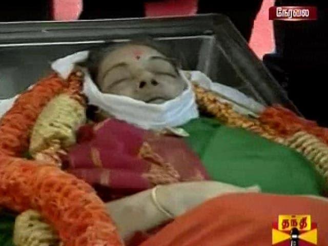 Videos : चेन्नई के मरीना बीच पर जयललिता को अंतिम विदाई...