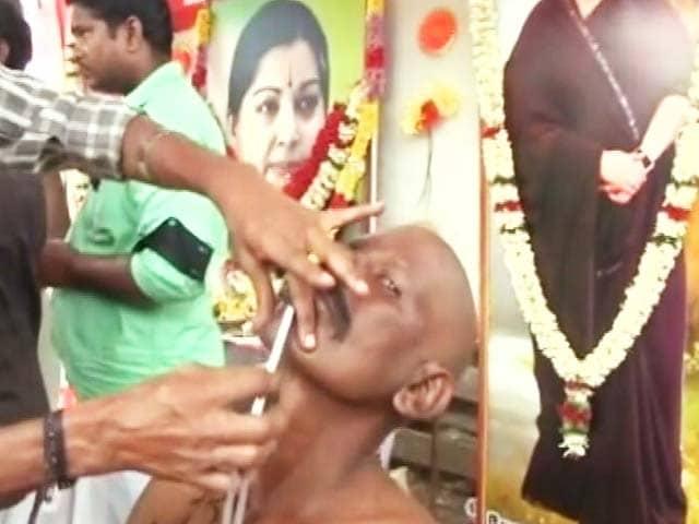 Videos : 'अम्मा' के सम्मान में श्रद्धांजलि देने पहुंचे लोग, करवा रहे मुंडन
