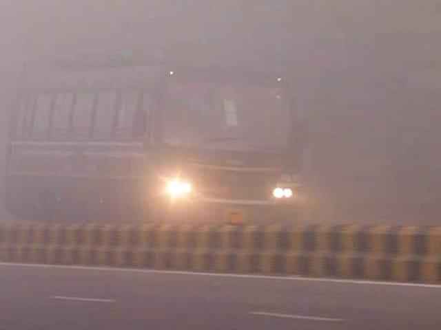 Videos : दिल्ली एनसीआर में फिर कोहरे की मार, रेल, सड़क और हवाई यातायात प्रभावित