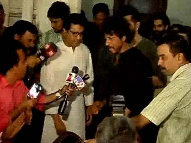 Video : SRK Meets Raj Thackeray On <i>Raees</i>, 'Assures' Him On Pak Actor Rumour