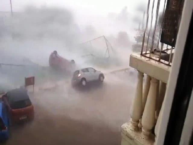 Video : 'वरदा' ने मचाई तबाही : हवा में ऐसे उड़ गई कार