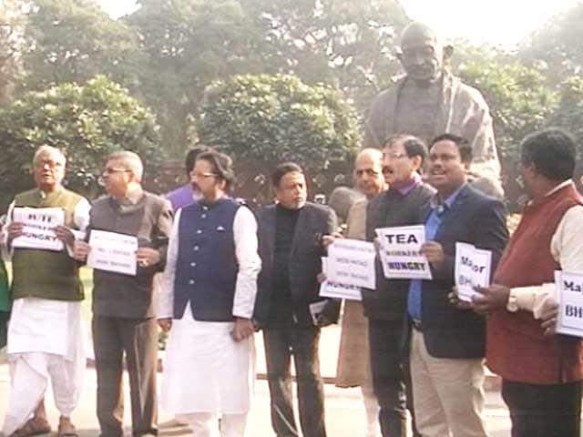 Videos : नोटबंदी पर सियासी जंग : तृणमूल कांग्रेस ने संसद के बाहर किया प्रदर्शन