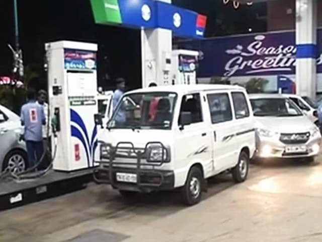 Videos : पेट्रोल 2.21 और डीजल 1.79 रुपये प्रति लीटर हुआ महंगा