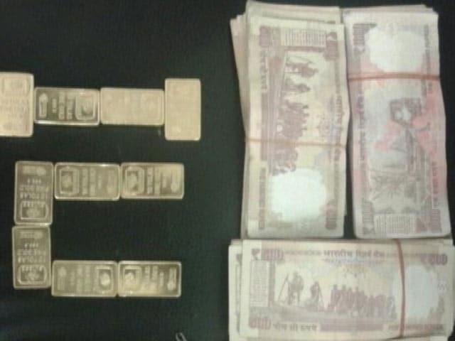 Videos : दिल्ली एयरपोर्ट पर यात्री के पास से एक किलो सोना, 2.77 लाख कैश बरामद