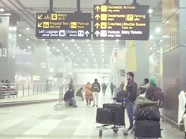 Videos : कोहरे ने रोकी ट्रेन और विमानों की रफ्तार