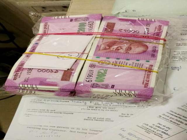 Videos : मुंबई हवाईअड्डे पर करीब 25 लाख रुपये जब्त