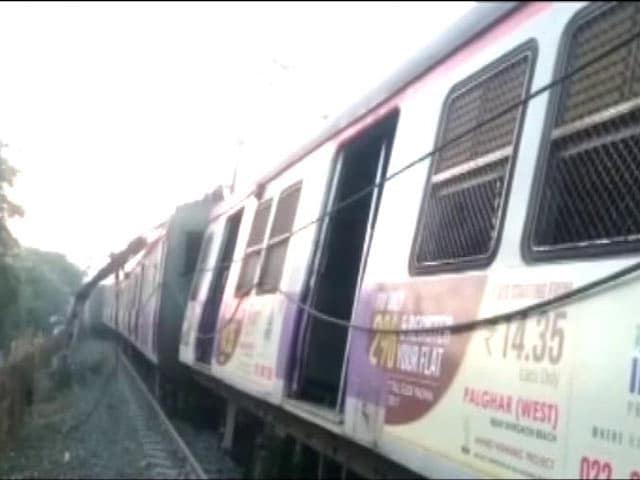 Video : मुंबई सेंट्रल रेलवे रूट पर कुर्ला-अंबरनाथ लोकल ट्रेन की पांच बोगियां पटरी से उतरीं