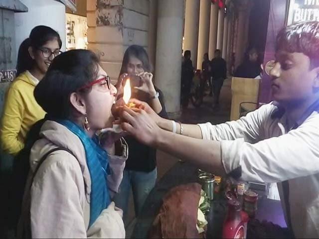 Video : दिल्ली के कनाट प्लेस में जलता हुआ पान खाकर लोग महसूस कर रहे हैं थ्रिल
