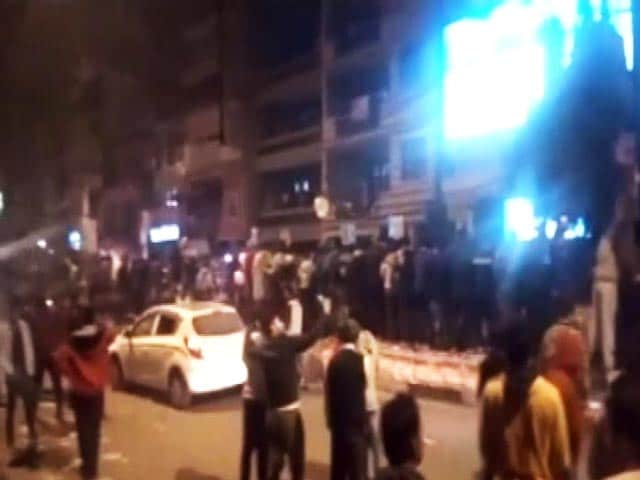 Video : More New Year's Eve Shame: Delhi Cops Who Helped Woman Attacked With Stones
