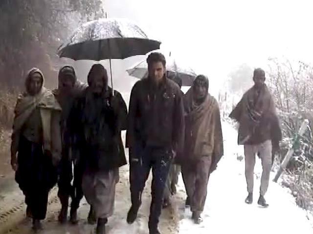 Video : कश्मीर बर्फबारी : कॉलेजों में होने वाली परीक्षा को दो दिनों के लिए टाला गया