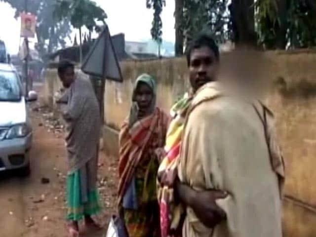 Videos : ओडिशा : अपनी बेटी का शव कंधे पर लादे अस्पताल से निकला शख्स