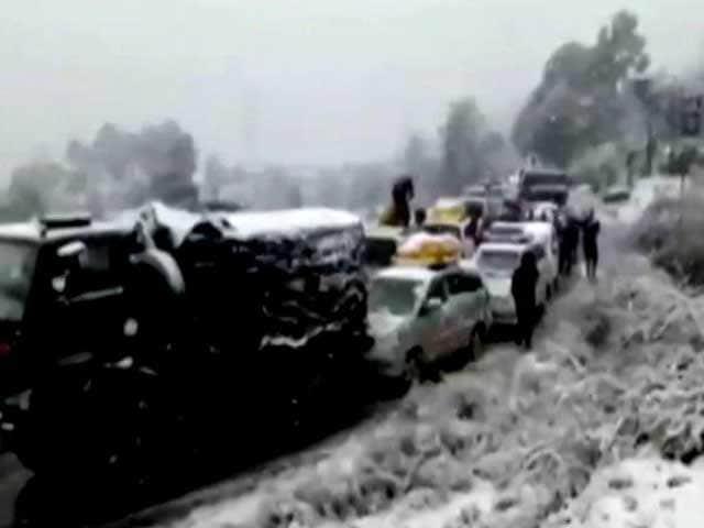 Video : Snowfall-Hit Jammu-Srinagar Highway Strands Vehicles, Upsets Tourists
