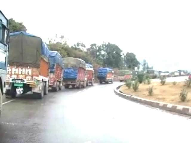 Video : Kashmir Weather: 800 Trucks, 200 Cars Stranded On Jammu-Srinagar Highway
