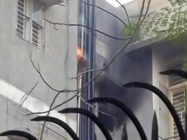 Videos : सनकी बेटे ने घर में पिता की हत्या की, सिलिंडर में आग लगाकर कई पुलिसकर्मियों को घायल किया