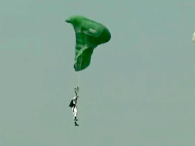 Video : गांधीनगर : एयर शो के दौरान हुई दुर्घटना, पैराग्लाइडर घायल