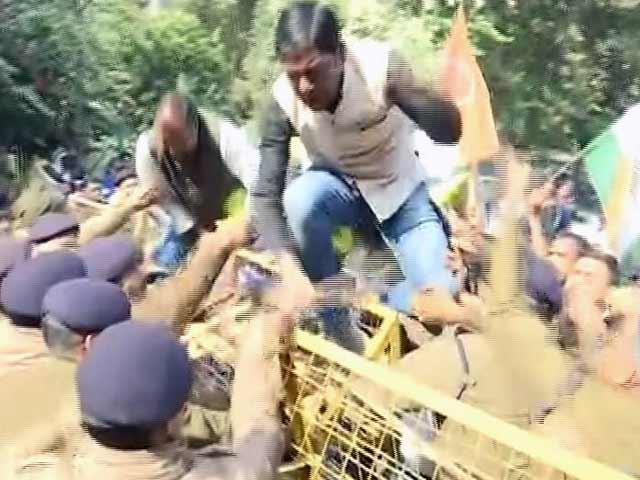 Videos : कटनी : हवाला कारोबार का पर्दाफाश करने वाले एसपी के तबादले के खिलाफ सड़कों पर उतरे लोग