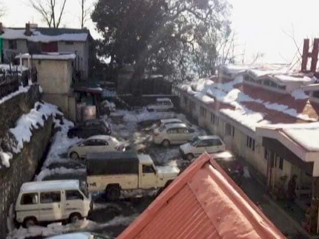 Video : कश्मीर : पटनीटॉप पर पहली बर्फबारी का आनंद लेते सैलानी