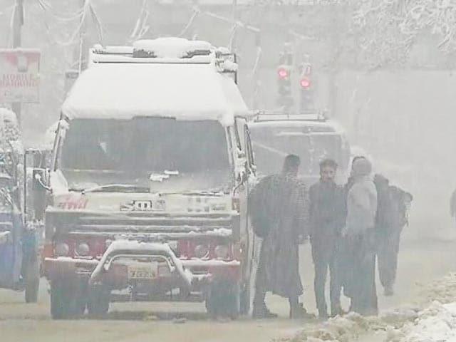 Videos : उत्तर भारत में कड़ाके की ठंड, पहाड़ी इलाकों में हो रही जमकर बर्फ़बारी