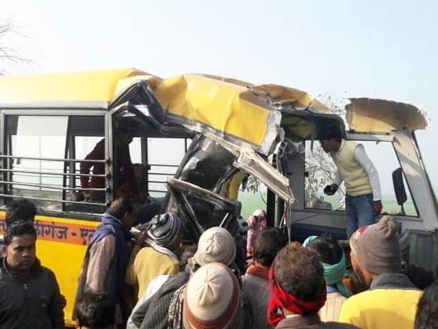 Video : उत्तर प्रदेश: एटा में स्कूल बस और ट्रक में टक्कर, 15 बच्चों की मौत