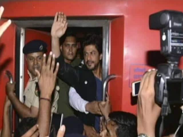 Videos : 'रईस' के प्रमोशन के लिए ट्रेन से मुंबई से दिल्ली रवाना हुए शाहरुख खान