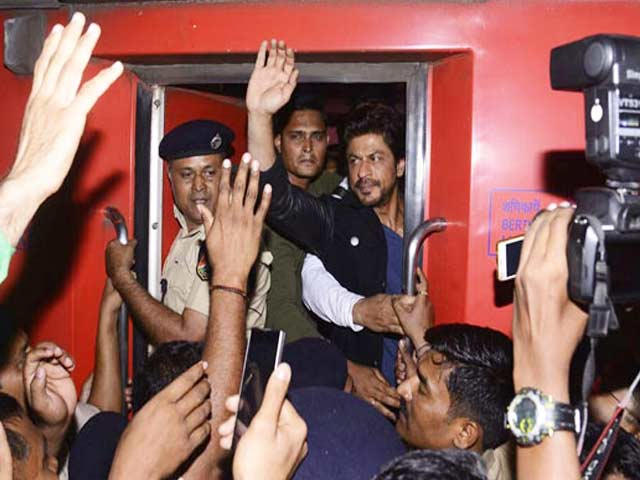 Videos : वडोदरा : शाहरुख खान को देखने के लिए उमड़ी भीड़, एक की मौत