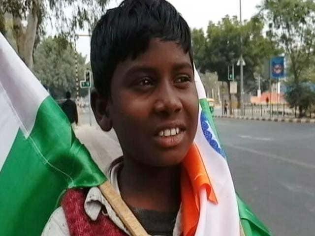 Video : तिरंगा बेच रहे इन बच्चों को भला क्या मालूम, गणतंत्र दिवस क्या है...