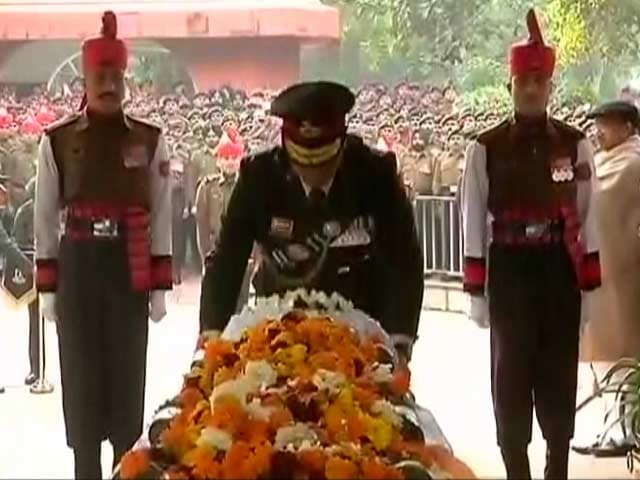 Video : Army Chief Pays Tribute To Officer Killed In Kashmir Avalanche