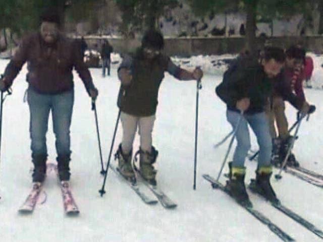 Video : बर्फ़ से ढंके हैं कुफ़री के पहाड़, सैलानी जमकर उठा रहे बर्फ़ का लुत्फ़