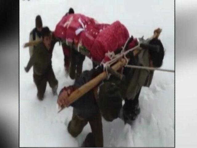 Videos : कश्मीर : 10 फुट गहरी बर्फ़ में मां का शव कंधे पर ले जाने को मजबूर हुआ सैनिक
