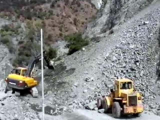 Video : Landslide Blocks Jammu-Srinagar Highway Yet Again, 2,000 Vehicles Trapped