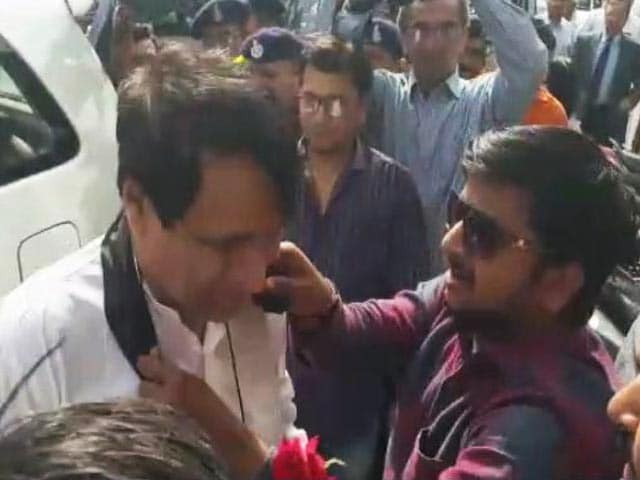 Videos : सूरत : कांग्रेस कार्यकर्ताओं ने रेलमंत्री सुरेश प्रभु के गले में डाला काला कपड़ा