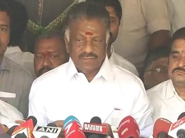 Video : Sasikala In Huddle, Panneerselvam Not Backing Down