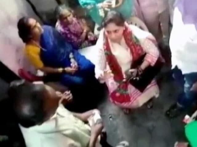Video : बीएमसी चुनाव प्रचार : रुपये बांटती सपा उम्मीदवार का वीडियो वायरल