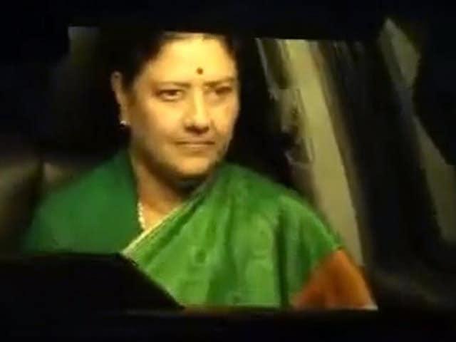 Videos : इंडिया 8 बजे : शशिकला ने पेश किया तमिलनाडु में सरकार बनाने का दावा