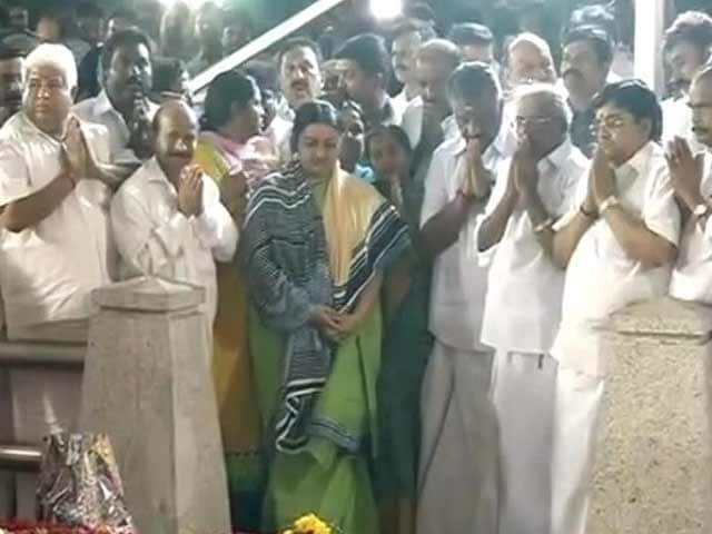 Video : O Panneerselvam Returns to Jayalalithaa's Grave, Her Niece Joins Him