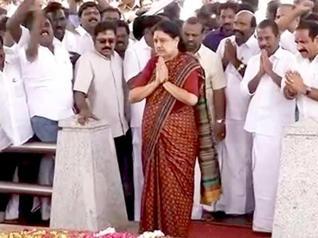 Video : Sasikala Pays Tribute To Jayalalithaa Before Heading To Bengaluru