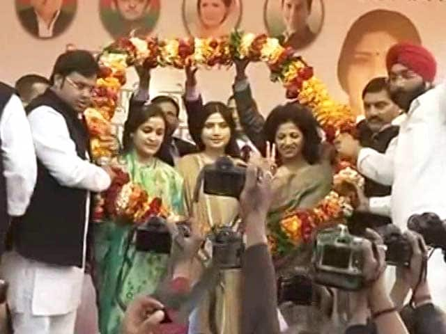 Video : Dimple Yadav At His Side, Mulayam Singh Seeks Vote For <i>Chhoti Bahu</i> Aparna Yadav