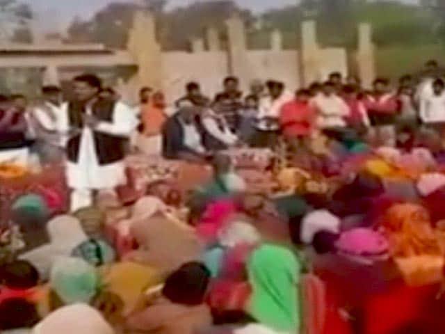 Videos : वीडियो में वोटरों को धमकाते दिखे सपा उम्मीदवार राकेश सिंह