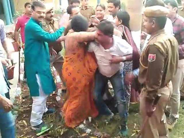 Video : राजस्थान : विधायक के पति ने थाने में किया हंगामा