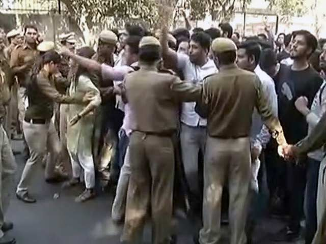Videos : दिल्ली के रामजस कॉलेज में AISA और ABVP समर्थकों के बीच झड़प
